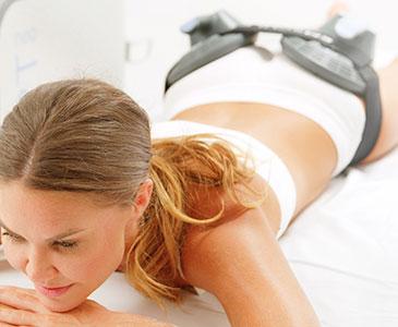 Hombre haciendo el tratamiento EMSCULPT NEO en el abdomen