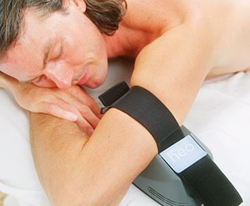 Hombre haciendo el tratamiento EMSCULPT NEO en los biceps
